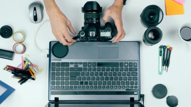ビューの上。デスクで写真作業 wuth タブレット。緑色の画面 - 編集者点の映像素材/bロール