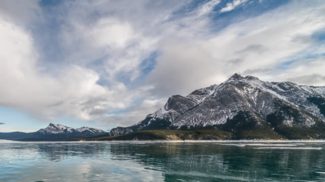 abraham lake cloudscape in winter - time lapse - ледолазание стоковые видео и кадры b-roll