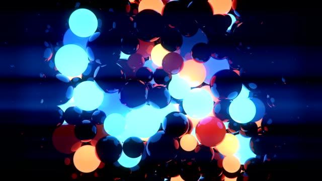 vídeos de stock, filmes e b-roll de abstrato 3d transição de renderização radial de esferas de movimento caótico laranja e azul - esfera