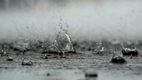 vidéos et rushes de résumé historique de la pluie qui tombe sur le sol - pluie