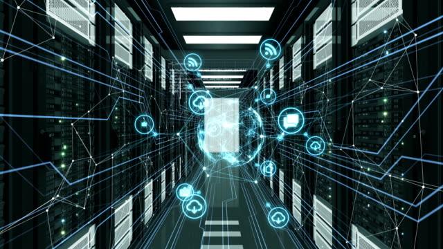 abstrakte blue media icons mit netzwerkverbindungen fliegen im serverraum. 3d animation des datencenters geloopt. digitale medien und futuristische technologie-konzept. - netzwerkserver stock-videos und b-roll-filmmaterial