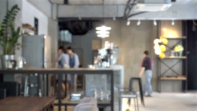 abstract zu verwischen schuss café oder coffee-shop-interieur mit kunden und barista arbeitet an der theke - cafe stock-videos und b-roll-filmmaterial