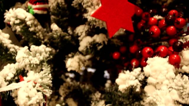 vídeos de stock e filmes b-roll de abstract blurred shopping mall background with christmas tree - fundo oficina