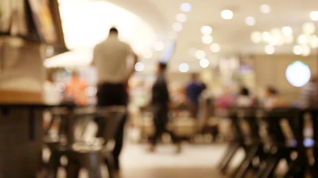 vídeos de stock e filmes b-roll de desfocado abstrato tribunal de alimentos no supermercado/centro comercial de fundo. - cantina