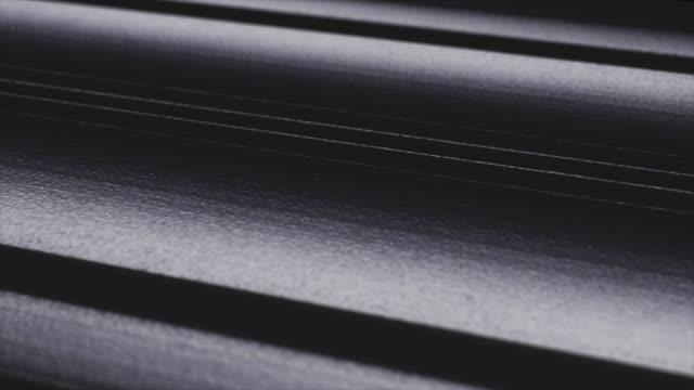 abstrakt närbild black metal bakgrund. makro kreativa skott mörka band stållinjer. - material bildbanksvideor och videomaterial från bakom kulisserna