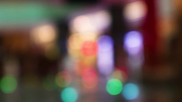 vídeos de stock e filmes b-roll de abstract defocused blurred background flow of many people inside space 4k stock video - office background