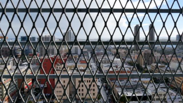 abstrakte dolly shot von san diego skyline hinter zaun - establishing shot stock-videos und b-roll-filmmaterial