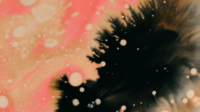 abstrakta former. bläckdroppar virvlande och morphing. makro skott av akryl droppar med olja - akrylmålning bildbanksvideor och videomaterial från bakom kulisserna