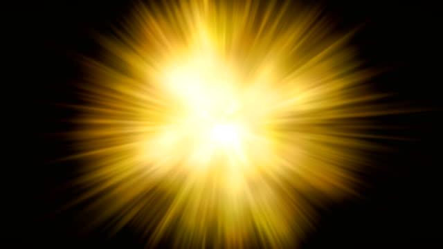 골드 따뜻한 색상 밝은 렌즈 플레어 광선 섬광 누설 폭발 충격파 운동 검은 배경에 전환, 영화 제목과 오버레이, 휴일 행복 한 새 해와 발렌타인 데이 사랑에 대 한 추상화 - 태양광선 스톡 비디오 및 b-롤 화면