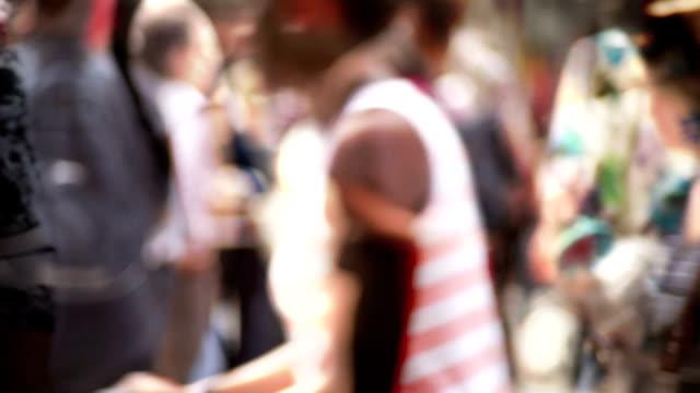 Abstrato, impressionista multidão turva de cidade de pessoas. - vídeo