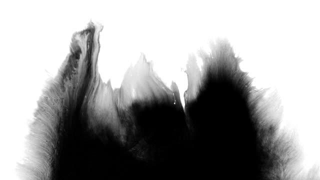 abstract ink splash breitet sich über den bildschirm aus - kontrastreich stock-videos und b-roll-filmmaterial