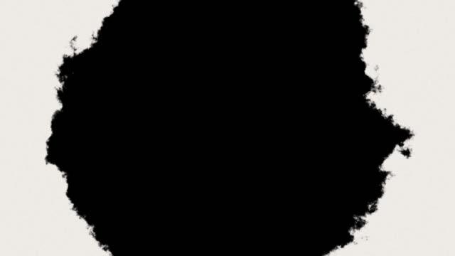 vídeos de stock, filmes e b-roll de transição de respingo de tinta abstrata ou revelar em preto e branco loop perfeito - pintura em aquarela