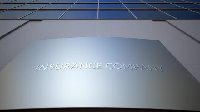 abstrakt försäkrings bolag skyltar ombord. modern kontors byggnad. fullhd-klipp - insurance bildbanksvideor och videomaterial från bakom kulisserna