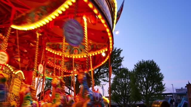 4k abstrakte licht karussell, zirkus und vergnügungspark mit kindern, london - volksfest stock-videos und b-roll-filmmaterial