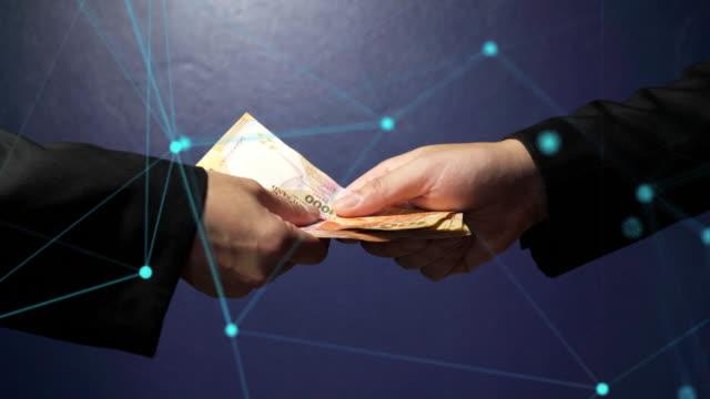 彼のパートナーにお金を与える接続されたビジネスマンの抽象的なライン。 - 腐敗点の映像素材/bロール