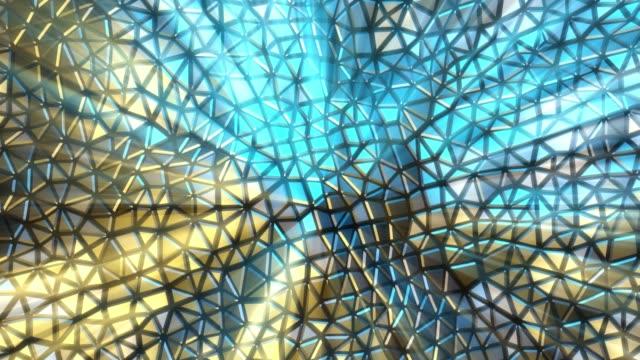 vidéos et rushes de fond polygonal bas abstrait avec l'éclat métallique - mosaïque