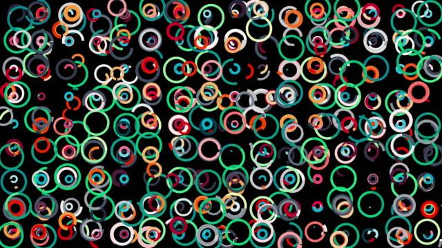 黒い背景、シームレスなループに揺れる多くの円を形成する抽象的な移動細い線。アニメーション。カラフルな丸い姿、混沌と広がるリング ビデオ