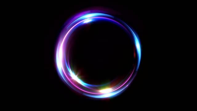 vídeos de stock, filmes e b-roll de resumo de loop sem costura multicolor néon fundo luminoso roda incandescendo círculos. preto elegante. halo em torno. poder isolado. partícula de faíscas. túnel do espaço. elipse de cor do led. brilho brilho. - esfera