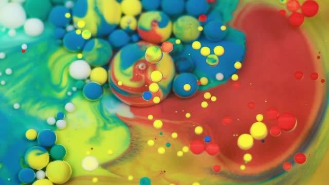 abstract multicolored bubbles paint. slow motion. top view - sztuka i rzemiosło wytworzony przedmiot filmów i materiałów b-roll