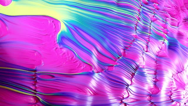 vídeos de stock, filmes e b-roll de ondulações de pintura abstrata de 4k. - cromo metal