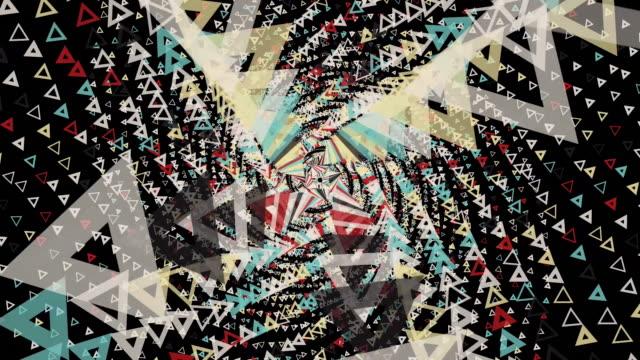 スパイラル軌道上を移動し、カメラに向かって飛行する抽象的な小さな三角形、驚くべき3D効果。アニメーション。黒の背景に幾何学図形を回転させます。 ビデオ