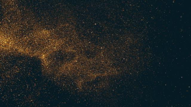 vidéos et rushes de noel abstrait, de luxe de noel bokeh paillettes dorées paillettes brillantes particules de lumière goutte tombant dans l'espace de la galaxie, show party et présentation fond d'or en 3d avec espace de copie. - fête de naissance