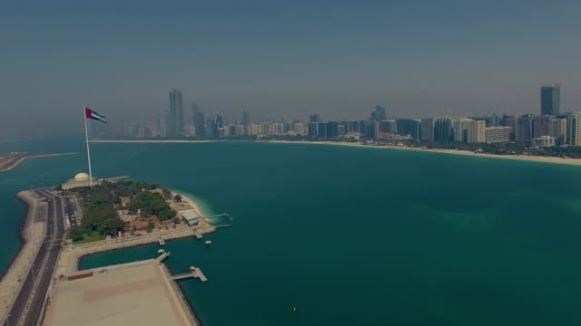 abu dhabi birleşik arap emirlikleri bayrağı ile hava manzarası - abu dhabi stok videoları ve detay görüntü çekimi