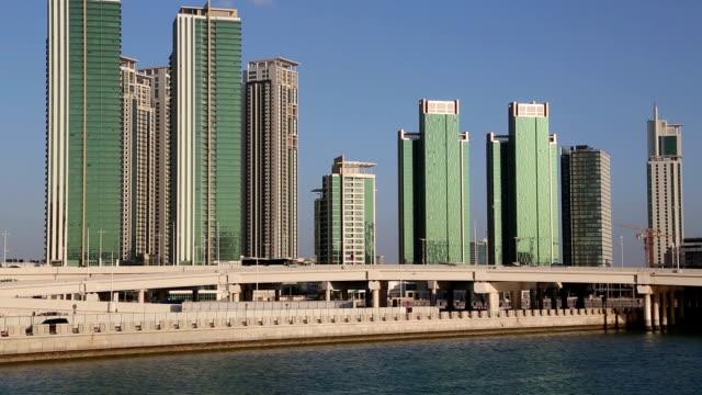 abu dhabi capitale e secondo popolosa degli emirati arabi uniti - cultura del medio oriente video stock e b–roll