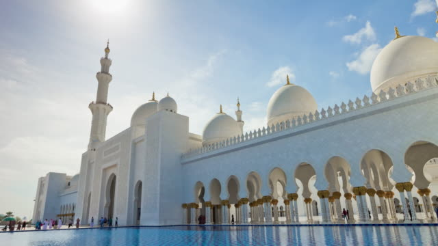 abu dabi şehir güneşli bir gün ulu camii açık havuz cephe panorama 4 k zaman sukut birleşik arap emirlikleri - abu dhabi stok videoları ve detay görüntü çekimi