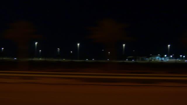 abu dhabi dubai road reise nacht auto seite panorama 4k vereinigte arabische emirate - seitenansicht stock-videos und b-roll-filmmaterial