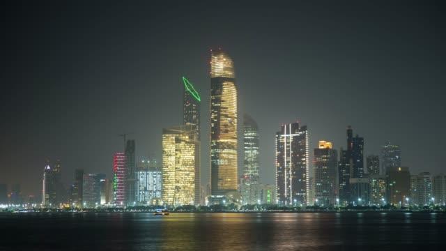 abu dhabi manzarası, gece, birleşik arap emirlikleri - abu dhabi stok videoları ve detay görüntü çekimi