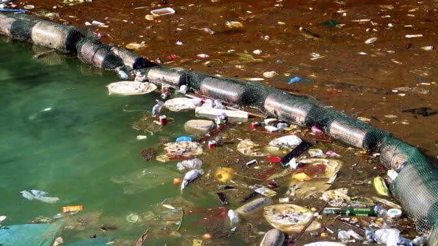 不正使用の環境を整えています。ゴミの海で漂う付近の沿岸 - 水に浮かぶ点の映像素材/bロール