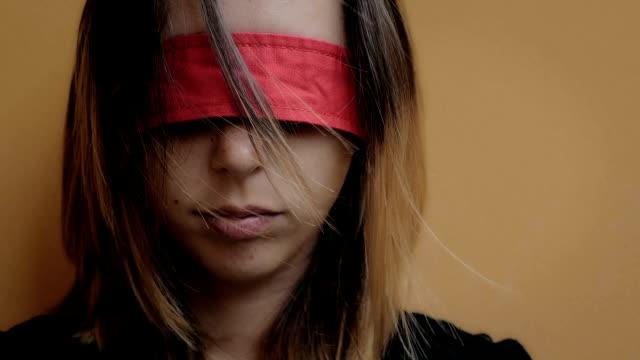 misshandelte frau mit augen, die augen verbunden mit rotem band - dominanz stock-videos und b-roll-filmmaterial