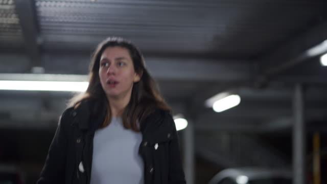 vídeos de stock e filmes b-roll de abused young girl running away in a parking garage - fugir