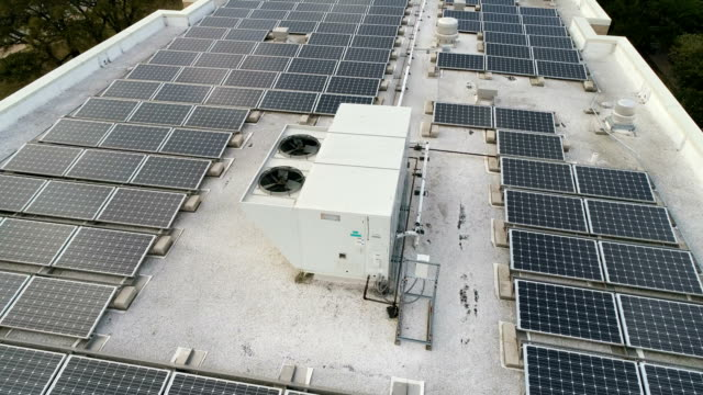 vídeos de stock e filmes b-roll de acc rooftop equipment with solar panel rooftop array a green display of rewnewable electricity creation - telhado