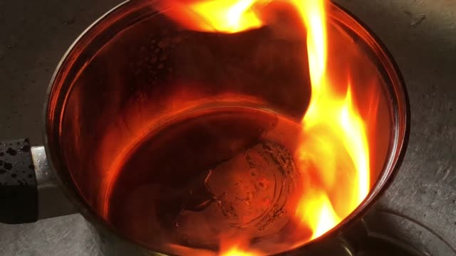 vídeos de stock e filmes b-roll de accident fire burn from cooking oil in pot - burned cooking