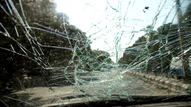 vidéos et rushes de fonctionnement avant de la voiture accidentelle - pare brise