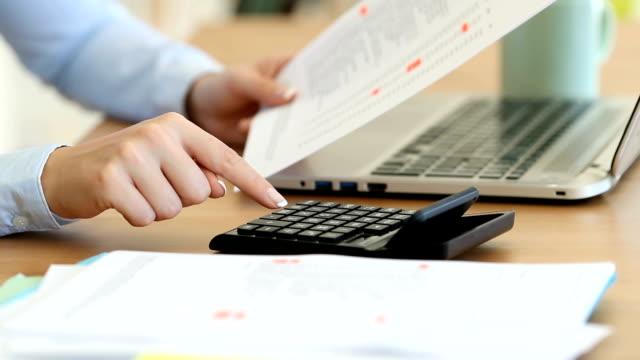 vídeos y material grabado en eventos de stock de contable calcular con una calculadora en un escritorio - gerente de cuentas