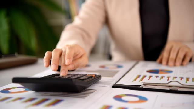 會計業務 - 投資 個影片檔及 b 捲影像