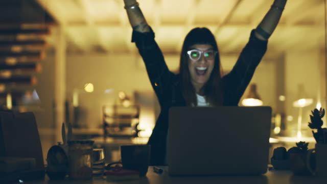 24 saat boyunca elde edilen başarılar - başarı stok videoları ve detay görüntü çekimi