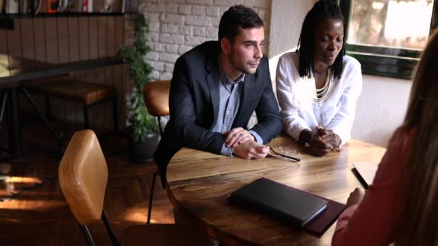vídeos y material grabado en eventos de stock de lograr la libertad financiera con el asesoramiento del experto en finanzas - planificación financiera