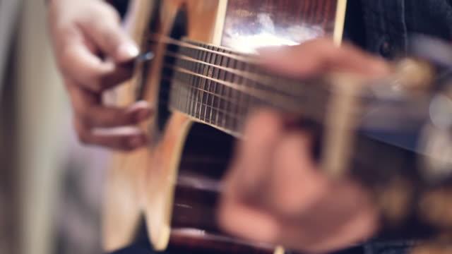 akustisk gitarr i musiker händer på fest. - akustisk gitarr bildbanksvideor och videomaterial från bakom kulisserna
