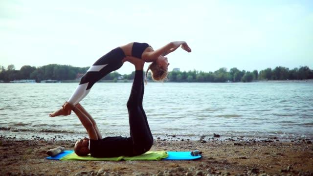 acro yoga - fiducia video stock e b–roll