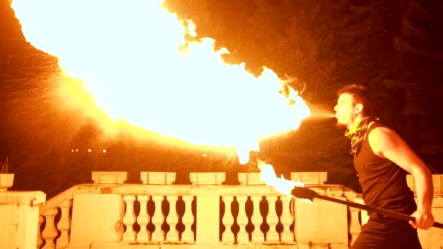 ateş yanan acrobat - circus stok videoları ve detay görüntü çekimi