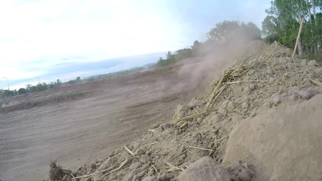 azione motorcross piloti in the curva - supercross video stock e b–roll