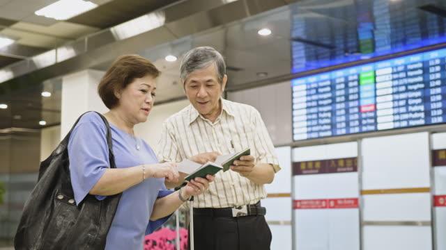 空港でチケットをチェックするアジアのシニア - 乗客点の映像素材/bロール