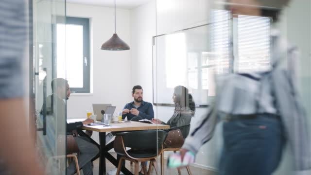 적극적인 비즈니스 동료 및 아이디어 개발 - modern office 스톡 비디오 및 b-롤 화면