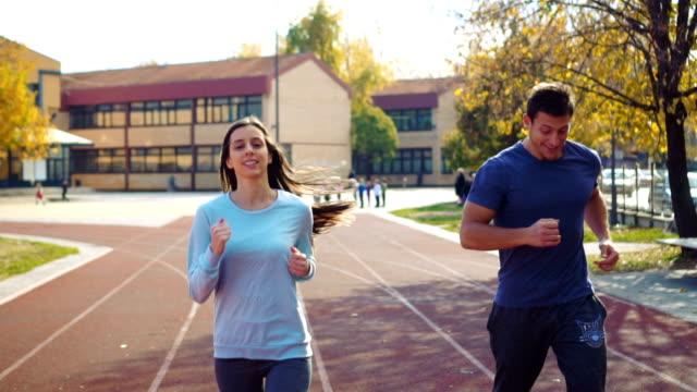 運動軌道上的主動情侶慢跑 - future 個影片檔及 b 捲影像