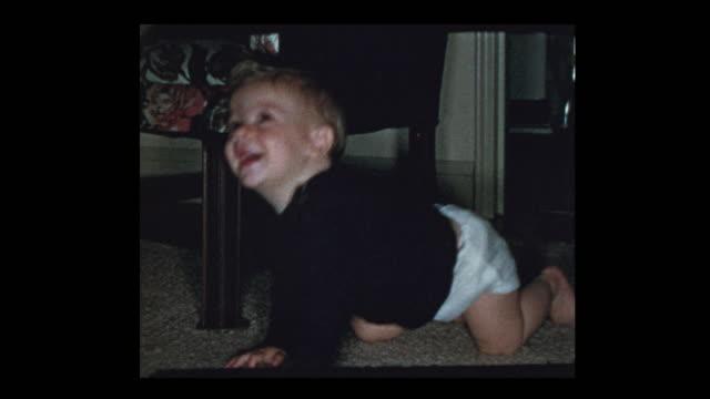 aktywny szczęśliwy 1950's baby boy czołga się wściekle - hotel reception filmów i materiałów b-roll
