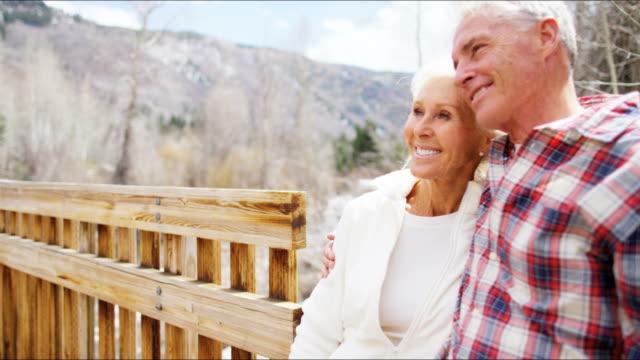 aktiv pensionär kaukasiska par promenader tillsammans utomhus vinter - aktiva pensionärer utflykt bildbanksvideor och videomaterial från bakom kulisserna
